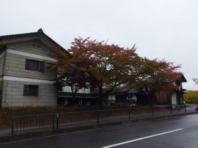 秋の平泉奥州街道沿いの蔵と桜紅葉