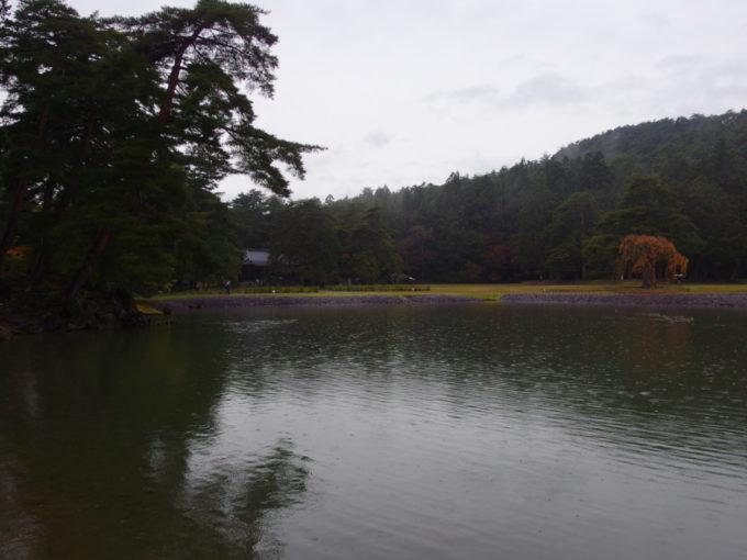 秋の平泉毛越寺雨の浄土庭園と山から生まれる靄