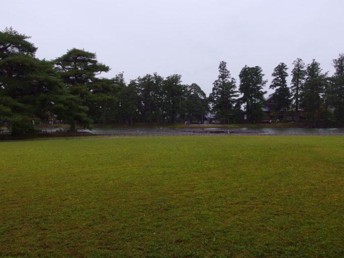秋の平泉毛越寺浄土庭園を包む秋色の芝生