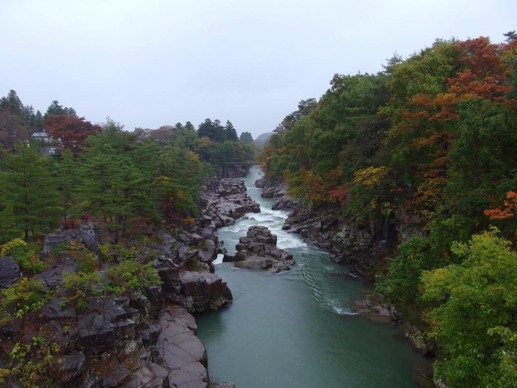秋の厳美渓雨に濡れる紅葉