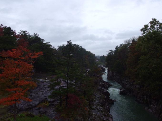 秋の厳美渓雨に濡れる岩肌と紅葉