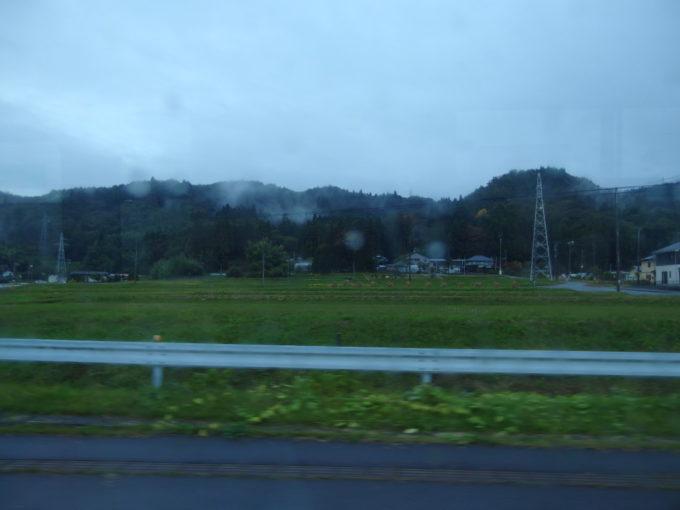 岩手県交通バスの車窓から眺める雨に濡れた岩手の田園