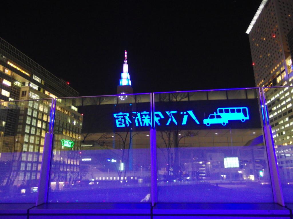 夜のバスタ新宿旅立ちの地