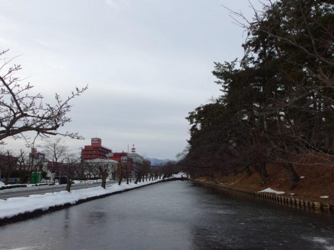 雪のない冬の弘前薄く結氷した弘前城のお堀