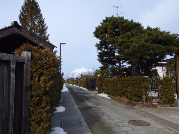 雪のない冬の弘前仲町武家屋敷の街並みと岩木山