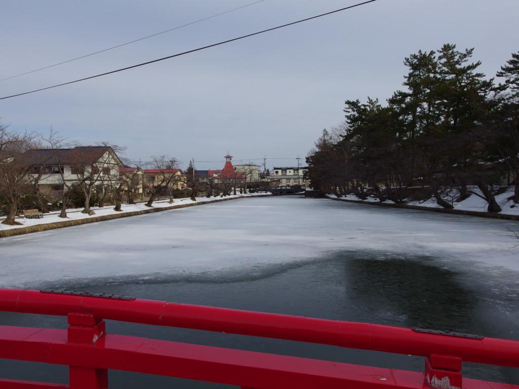 雪のない冬の弘前春陽橋上から望むお堀と火の見櫓