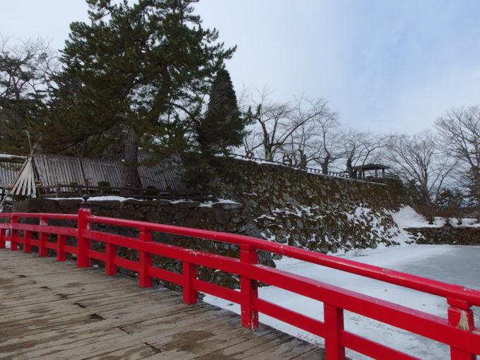 雪のない冬の弘前鷹丘橋から弘前城本丸へ