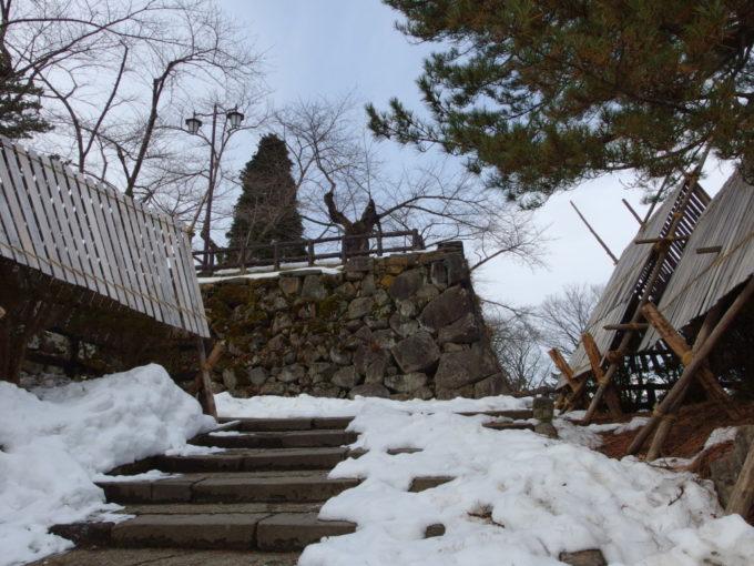 雪のない冬の弘前本丸石垣と頑丈な雪囲い