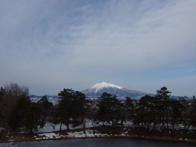 雪のない冬の弘前弘前城本丸から望む優美な岩木山