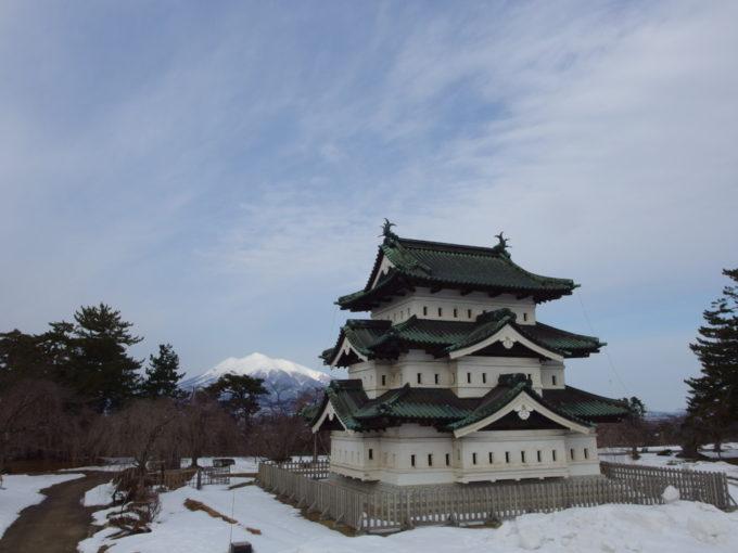 雪のない冬の弘前移設中の弘前城天守と優美な津軽富士