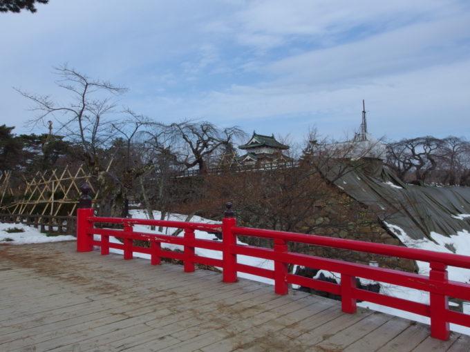 雪のない冬の弘前弘前城下乗橋から天守に別れを告げる