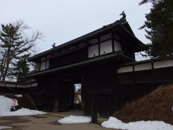 雪のない冬の弘前弘前城追手門