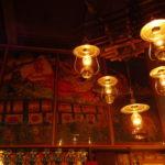 青荷温泉のロビーを彩るいくつものランプ