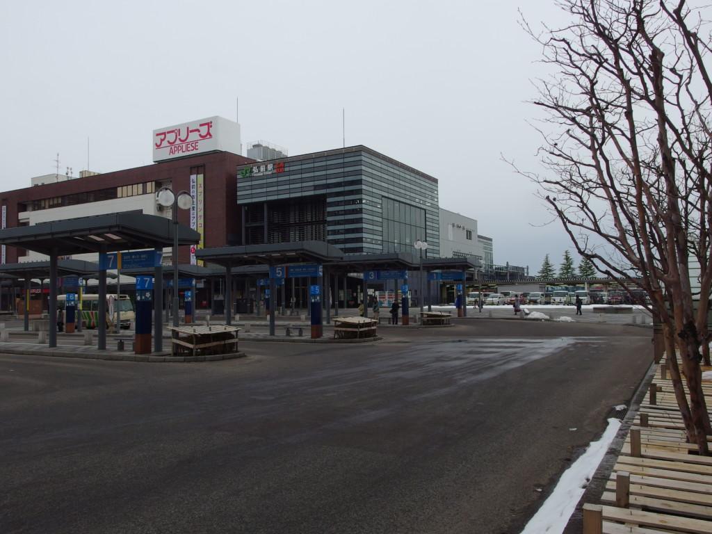 雪のない冬の弘前駅