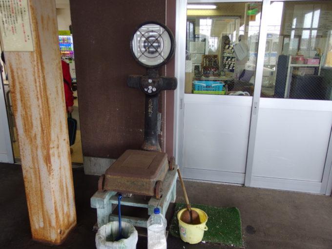 弘南鉄道黒石駅構内に残された手小荷物用のはかり