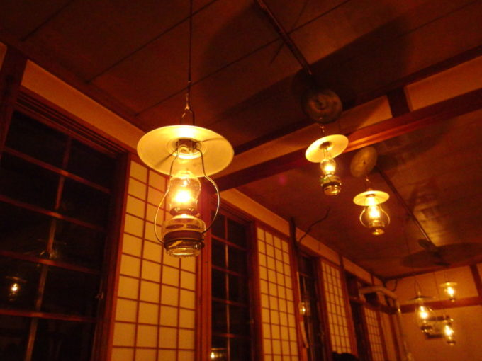 冬のランプの宿青荷温泉大広間に吊るされた幾多ものランプ