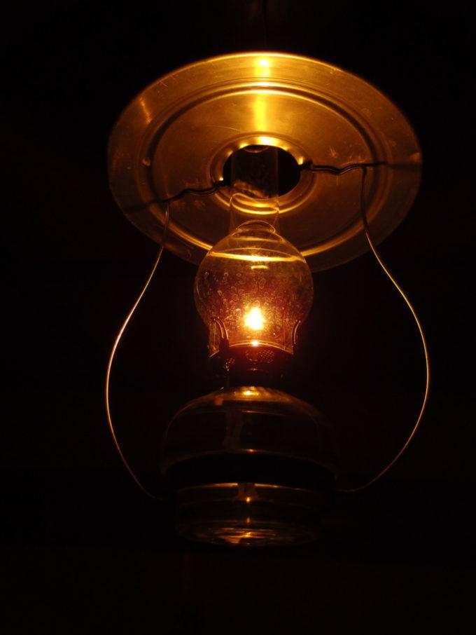 冬のランプの宿青荷温泉部屋に灯るひとつのランプ