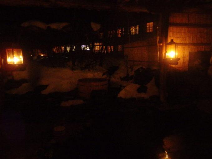 冬のランプの宿青荷温泉夜の露天風呂