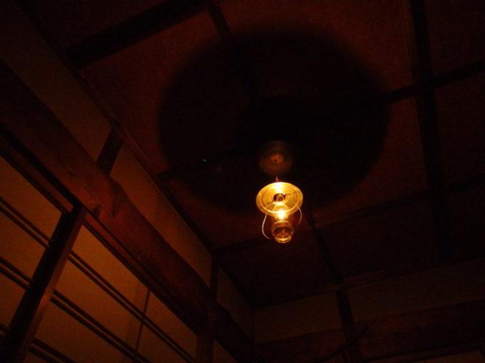 冬のランプの宿青荷温泉天井に影を落とすランプの笠