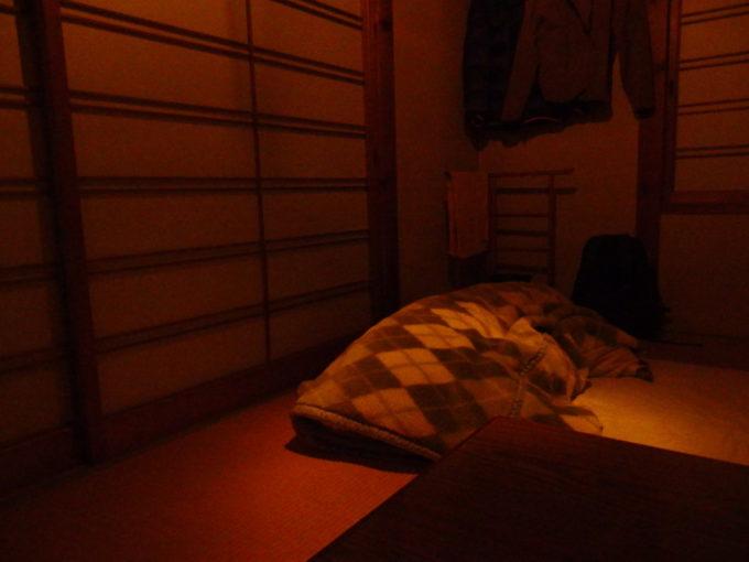 冬のランプの宿青荷温泉スポットライトのようにランプに照らされる寝床