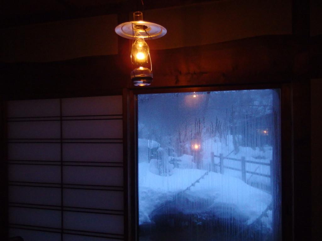 冬のランプの宿青荷温泉夜明けの部屋を照らすランプの淡い灯り