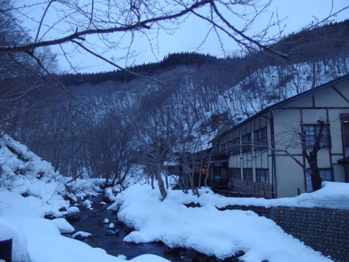 冬のランプの宿青荷温泉青く染まる早朝の青荷川