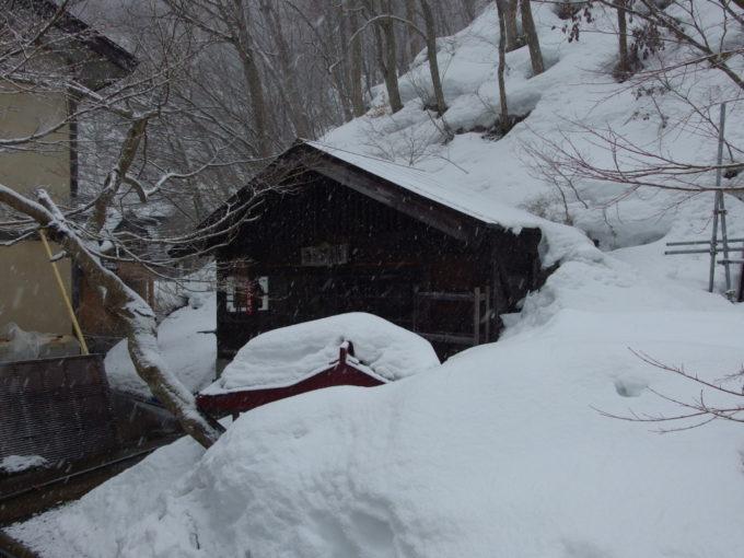 冬のランプの宿青荷温泉雪に埋もれたランプ小屋