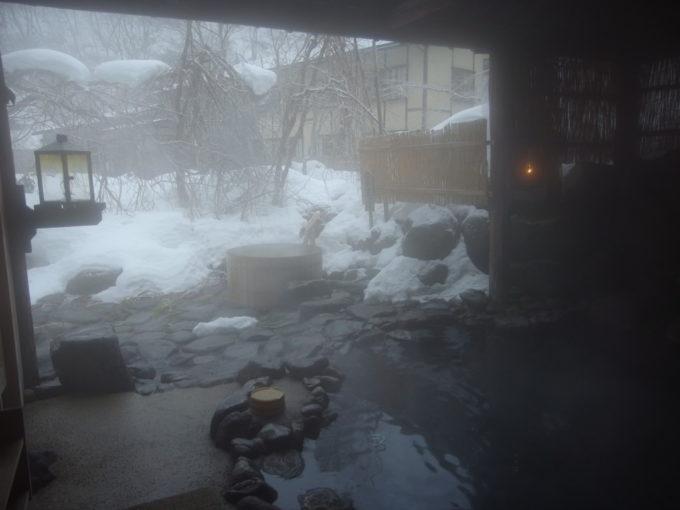 冬のランプの宿青荷温泉露天風呂で朝風呂を