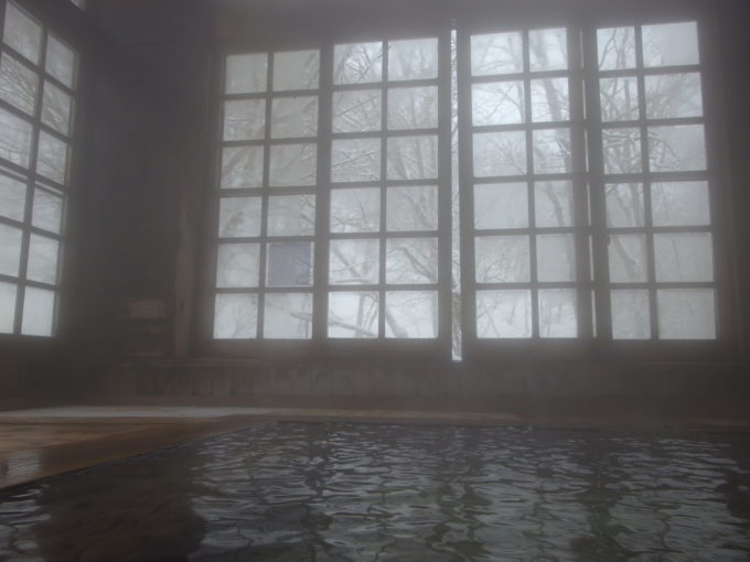 冬のランプの宿青荷温泉チェックアウト時間を過ぎ静寂に包まれた健六の湯で午前の湯浴みを