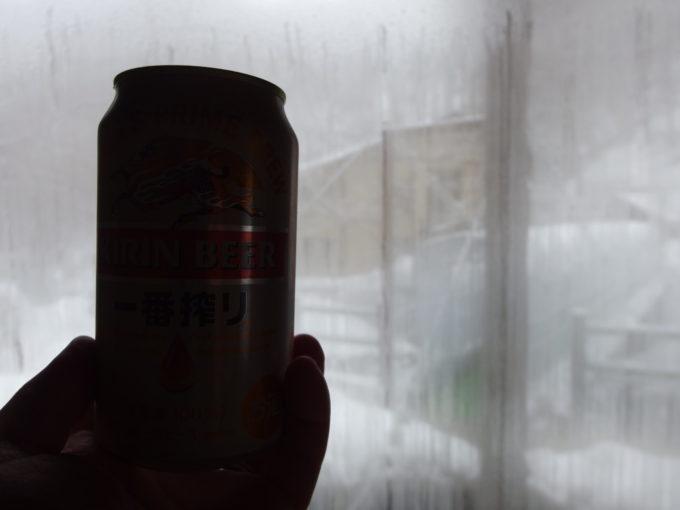 冬のランプの宿青荷温泉湯上りに午前のビールを