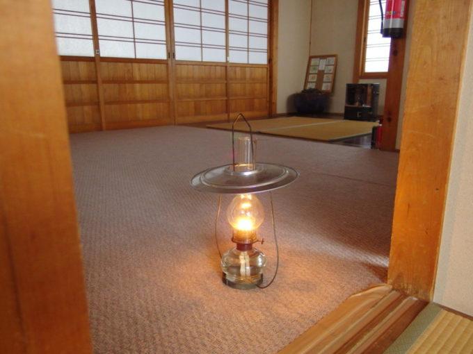 冬のランプの宿青荷温泉部屋の前に配給される新しいランプ