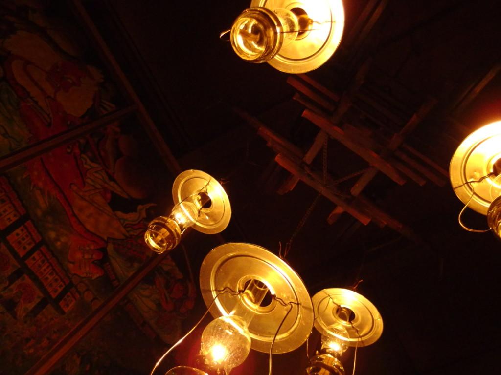 冬のランプの宿青荷温泉ロビーを幻想的に照らす幾多ものランプ