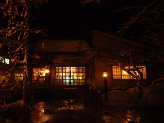 冬のランプの宿青荷温泉温もりあるランプがもれる本館の玄関