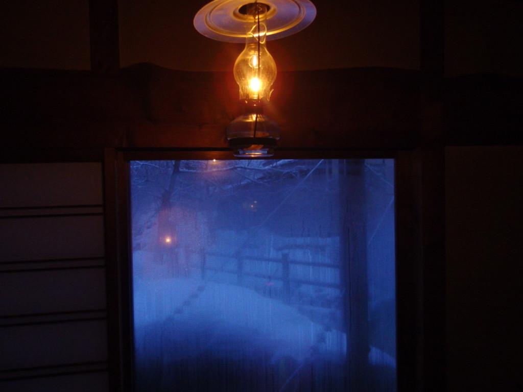 冬のランプの宿青荷温泉青白い明け方の空に起こされる