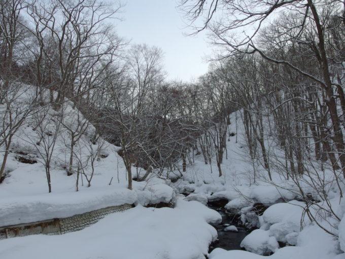 冬のランプの宿青荷温泉青荷川の谷を埋める白い雪
