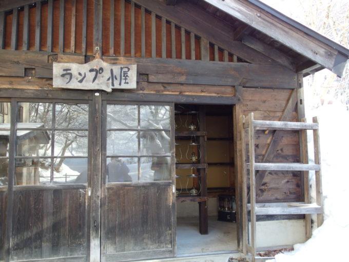 冬のランプの宿青荷温泉無数のランプを手入れするランプ小屋