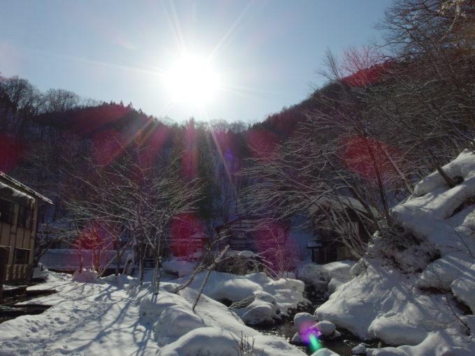 冬のランプの宿青荷温泉清流青荷川の谷を照らす冬の太陽