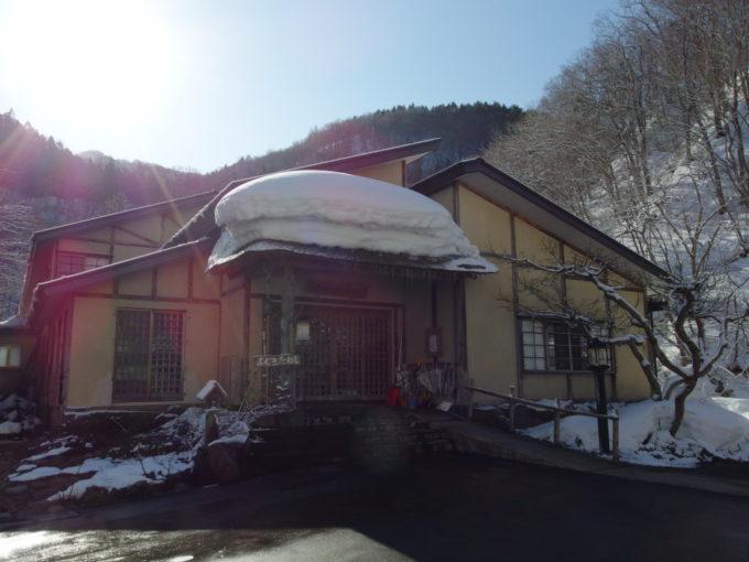 冬のランプの宿青荷温泉に別れを告げる