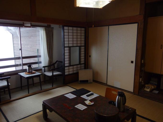 例年より雪の少ない冬の酸ヶ湯温泉旅館七号館客室