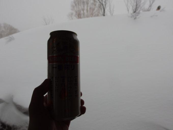 例年より雪の少ない冬の酸ヶ湯温泉旅館湯上りに冷たいビールを