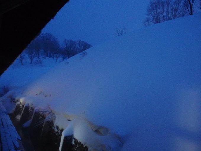 例年より雪の少ない冬の酸ヶ湯温泉旅館夕暮れが迫り夕食の時間に