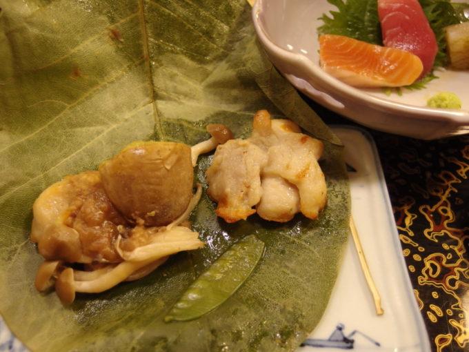 例年より雪の少ない冬の酸ヶ湯温泉旅館1泊目夕食鶏肉の朴葉焼き
