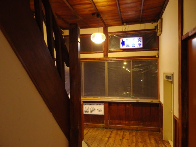 例年より雪の少ない冬の酸ヶ湯温泉旅館七号館の渋い階段