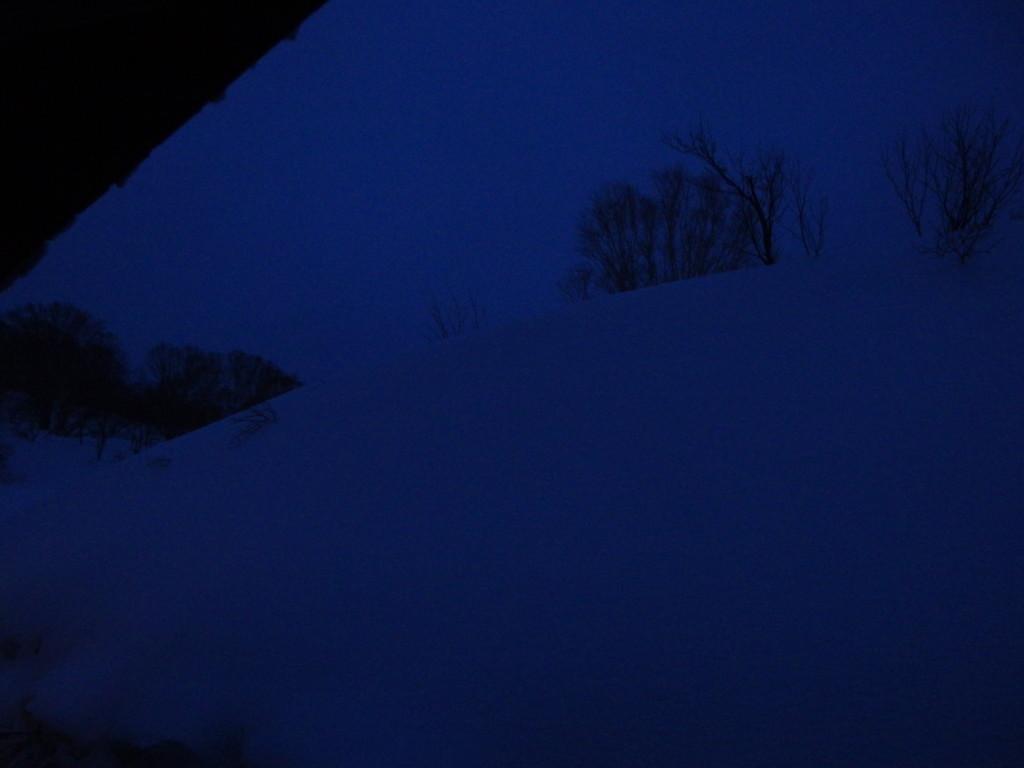 冬の酸ヶ湯温泉旅館で迎えるまだ薄暗い早朝