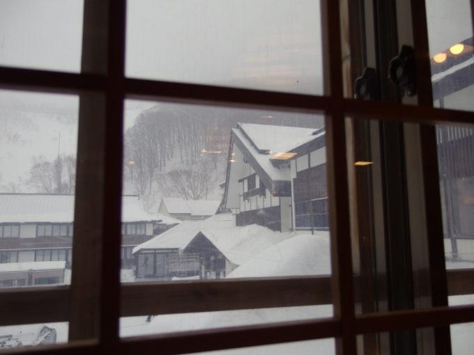 冬の酸ヶ湯温泉旅館食堂から眺める雪景色