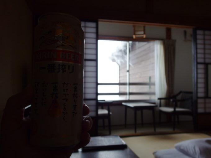 冬の酸ヶ湯温泉旅館窓から漏れる雪の明るさを浴びつつ味わう午前のビール