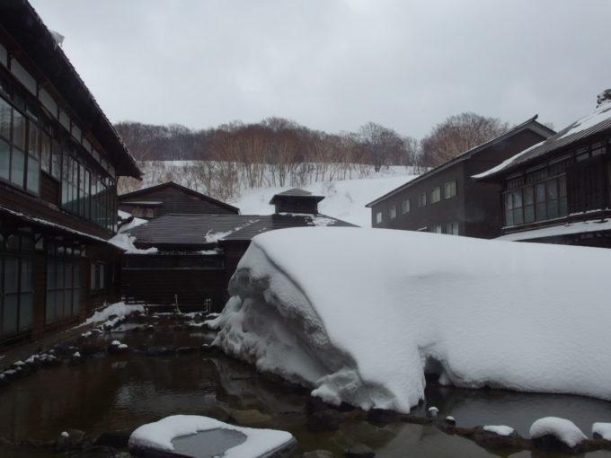冬の酸ヶ湯温泉旅館雪に埋もれた中庭