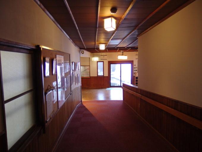 雪の少ない冬の酸ヶ湯温泉旅館渋い味わいが漂う渡り廊下