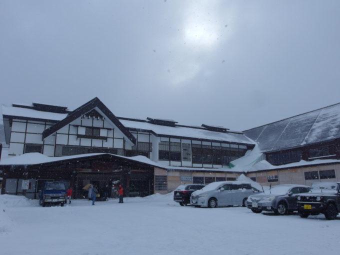 雪の少ない冬の酸ヶ湯温泉旅館に別れを告げる