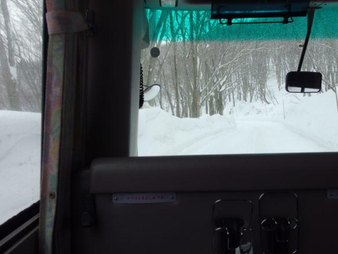 雪の少ない冬の酸ヶ湯温泉旅館送迎バス車窓に迫る雪壁
